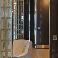 Sanitär: Freistehende Badewanne mit Glasbausteinen zum Entree abgegrenzt (aus Glas)