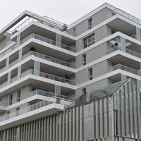 Fassade: Fassade mit dem untergeschobenen Glaspavillion (aus Putz und Metall)