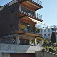 Aussenraum: Tolle Kombination mit Balkon und Garageneinfahrt (aus Holz und Beton)