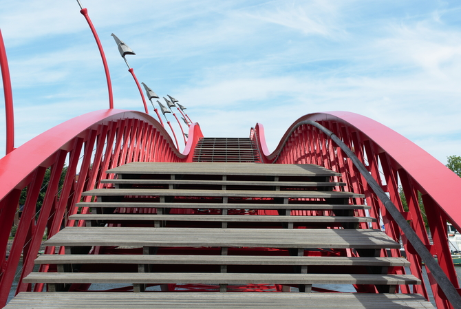 Aufstieg auf der roten Brücke