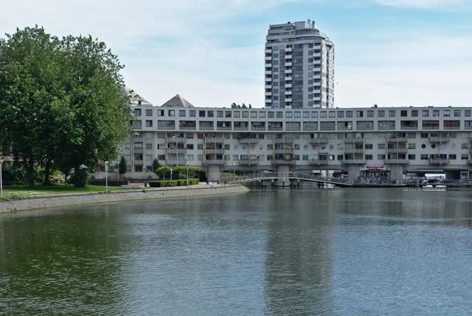 Fassade: Lange Wohnschlange über den Kanal