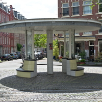 Aussenraum: Der rund Pavillion als Haltestelle auf dem Platz #rund #haltestelle #pavillion