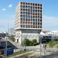 Der Turm zwischen den alten Gleisen und dem Sockel (aus Beton)