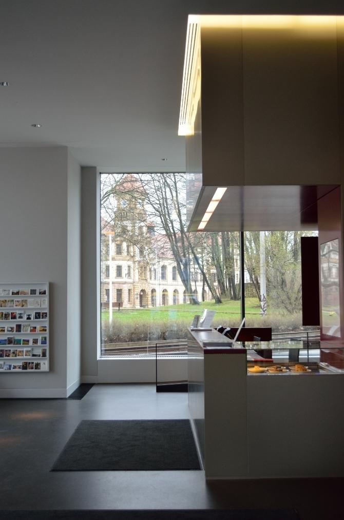 Eingangsbereich: Foyer mit Theke