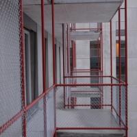 Fassade: Balkon mit Metallstreben