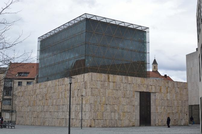 Fassade:  (aus Glas und Naturstein)