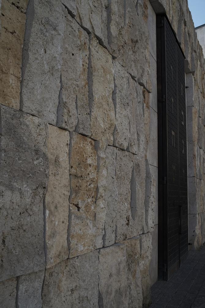Detail nach Titel: Die Natursteinwand die die Klagemauer symbolisiert (aus Naturstein)