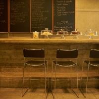 Essen: Theke  im Restaurant (aus Beton)