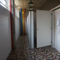 Sanitär: Toiletten mit farbigen Keramikplatten (aus Keramik)