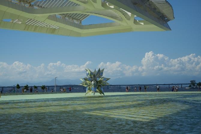 Das Wasserbecken mit dem auskragenden Dach